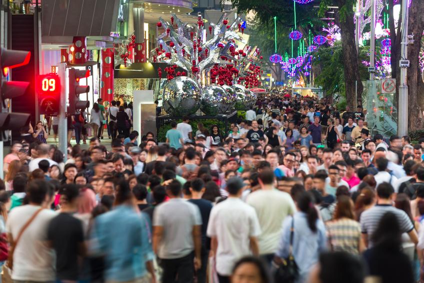 忙しいオーチャード通りのシーンは、人々が横断歩道を渡っています。 オーチャード通りクリスマスホリデーシーズンのために通りを飾ると点灯します。